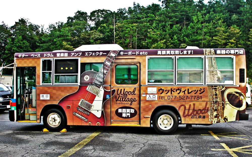 【店舗情報】幸せが訪れるウッドヴィレッジのラッピングバス!!登場